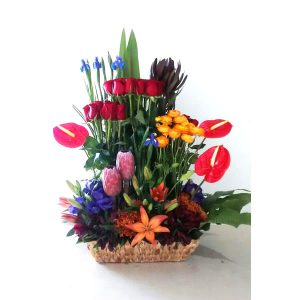 arreglo floral en canasta