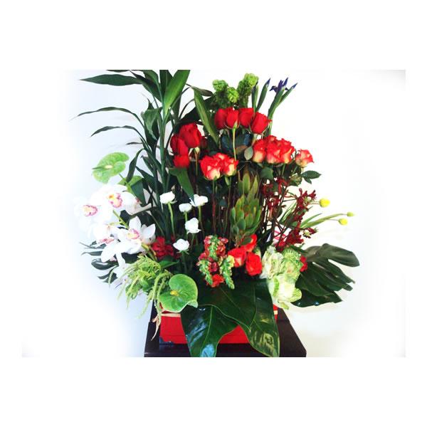arreglo floral en caja de cartón