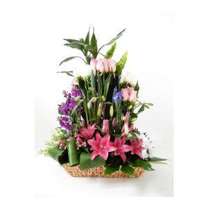 arreglo floral de rosas en canasta