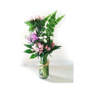arreglo floral de rosas en florero